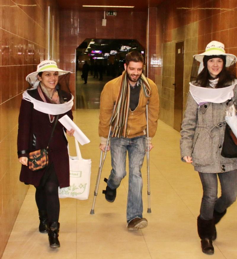 """""""Тайна мисия в метрото - """"Пчелар на път"""" - завършена успешно"""". Петя Чалъкова (вляво) с приятели."""