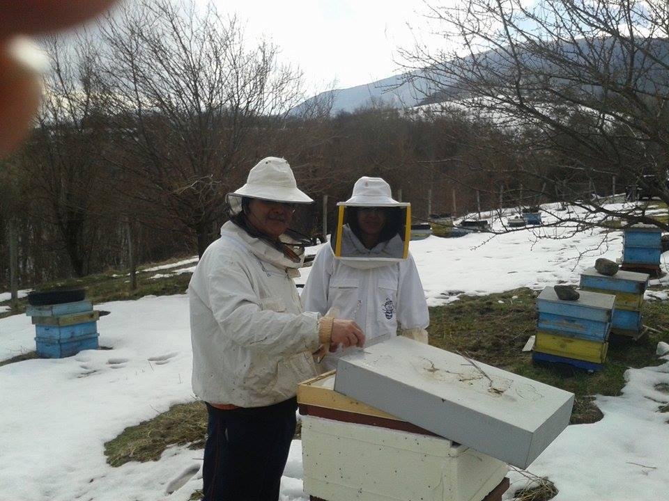 Теодора с баща си на пчелина в Рашково – през зимата пчелите трябва да се подхранват.