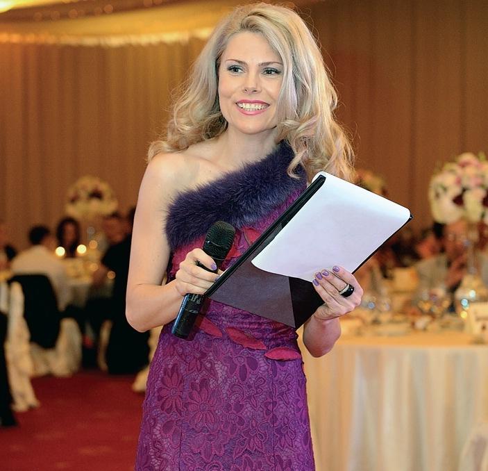 """Деси Банова като водеща на последната организирана от нея сватба в хотел """"Маринела""""."""