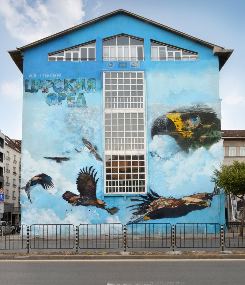 """Проект Save The Raptors Mural (""""Спасете царските орли"""") на южната фасада на 32 СОУ """"Климент Охридски"""". Гигантският графит е част от информационните образователни дейности по проекта на БДЗП Life+ """"Опазване на царски орел и ловния сокол""""."""
