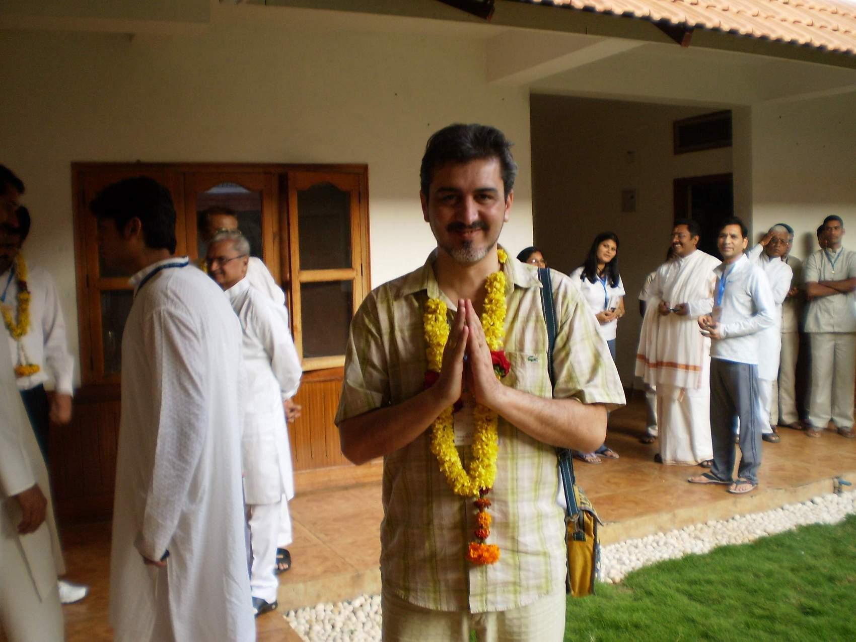 След лекция - д-р Димитров е посрещнат с венец от колегите си психиатри в Бангалор.