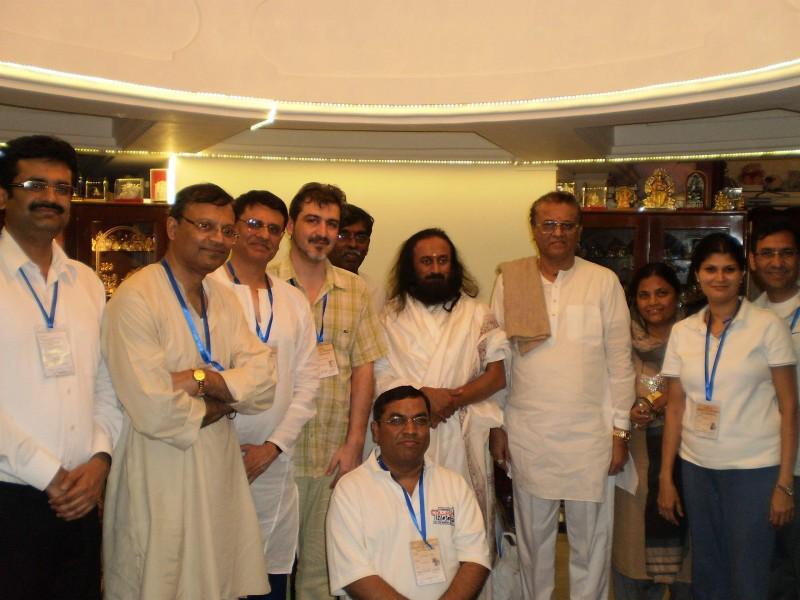 Вълнуваща среща – със свами Шри Шри Рави Шанкар (с брадата в средата), заедно с индийски колеги