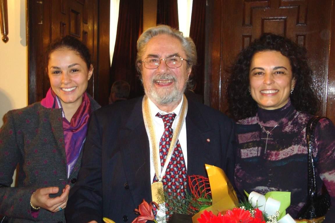 """Семейството след удостояването на Никола Гюзелев с титлата """"Доктор хонорис кауза"""" на БАН, 2009 г."""