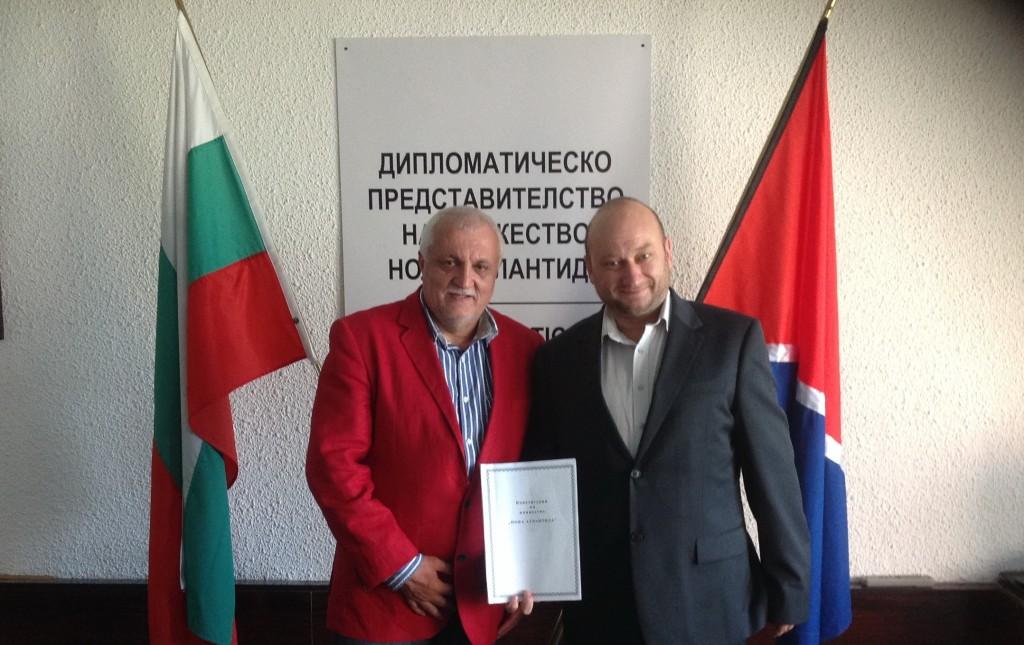 """Княз Баланов връчва на Христо Радков, председател на """"Менса България"""", указа, с който го назначава за вицепремиер на Княжество New Atlantis."""
