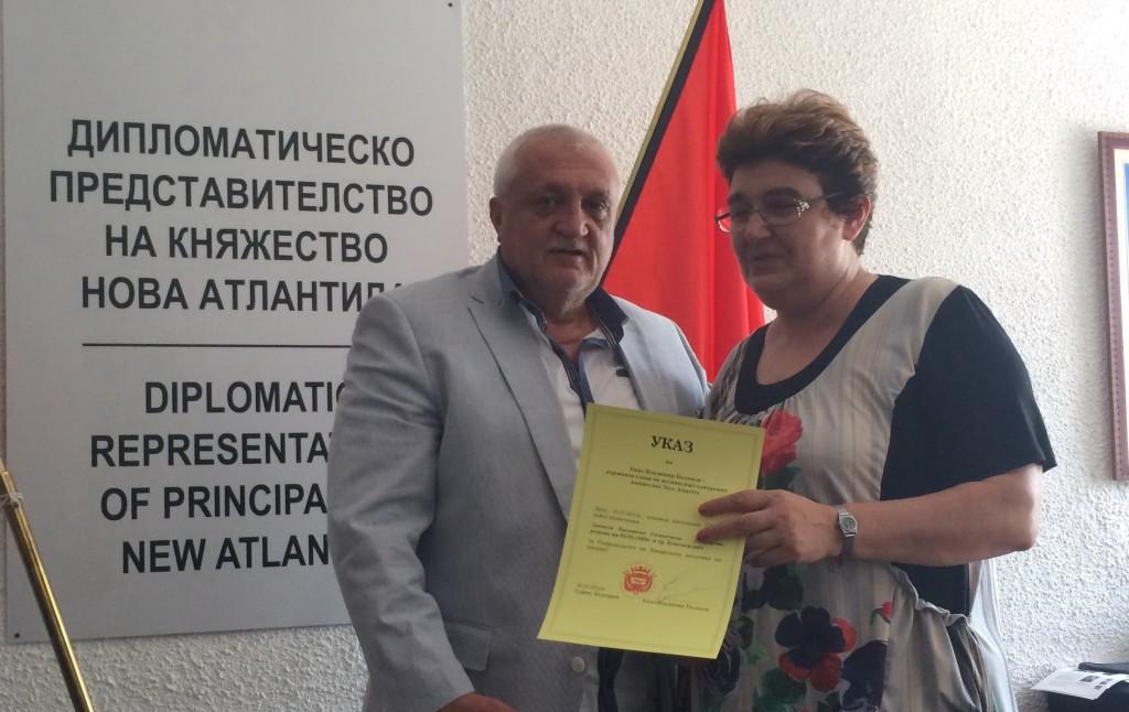 Княз Баланов връчва на Даниела Симичдиева указа, с който е назначена за председател на Княжеската академия на науките.