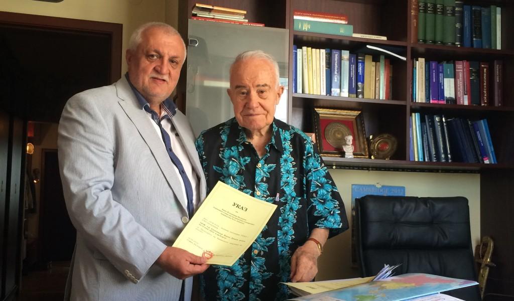 Княз Баланов връчва на проф. Александър Янков указа, с който го назначава за председател на Княжеската академия на науките.