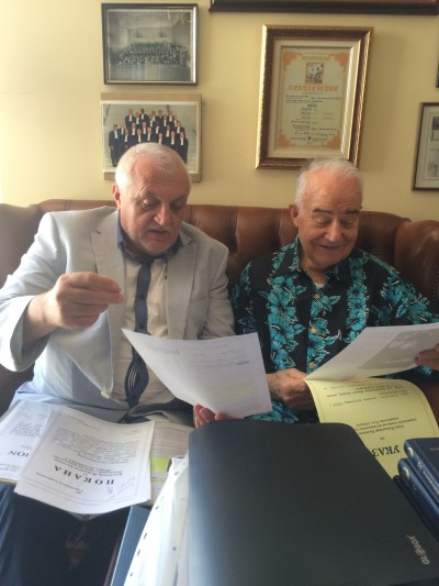 Проф. Александър Янков вдясно) разглежда указа, с който княз Баланов вляво) го назначава за председател на Княжеската академия на науките на New Atlantis.