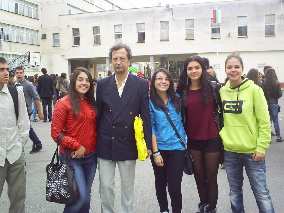 Всички искат да се снимат с учителя Падалски в училище.