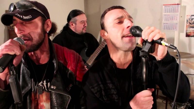 С група Mystica в клипа към парчето Crazy World.