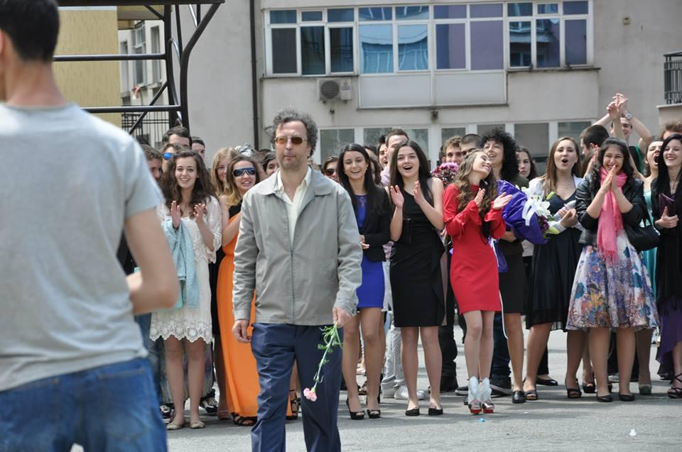 Аплодисменти за учителя Падалски от абитуриентите в последния им ден в училище.