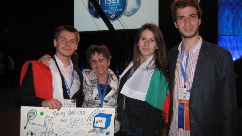Любо (първият вляво) на церемонията по откриването на най-голямото състезание по програмиране и предприемачество в света за ученици и студенти Intel ISEF.