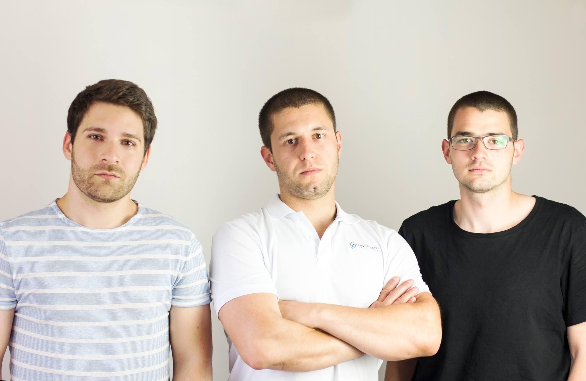 Сергей Петров (в средата) с колегите си от Bee Smart Technologies.