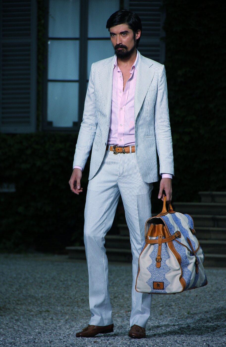 В колекциите си за летния сезон дизайнери като Роберто Кавали предлагат смели решения за мъжете – огромни чанти комбинация от лен или друг текстил и кожа, с традиционно дамски принт.