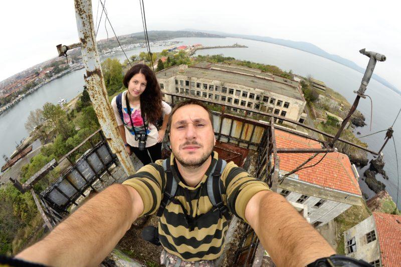 На покрива на изоставеното Военноморско училище на остров Свети Кирик в Созопол.
