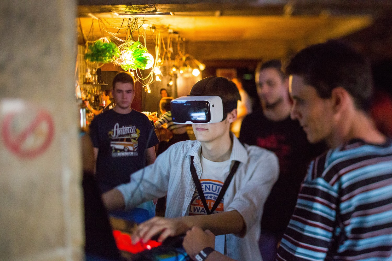 Георги (вдясно) с удоволствие въвежда всеки ентусиаст в света на виртуалната реалност. © Димитър Калиновски