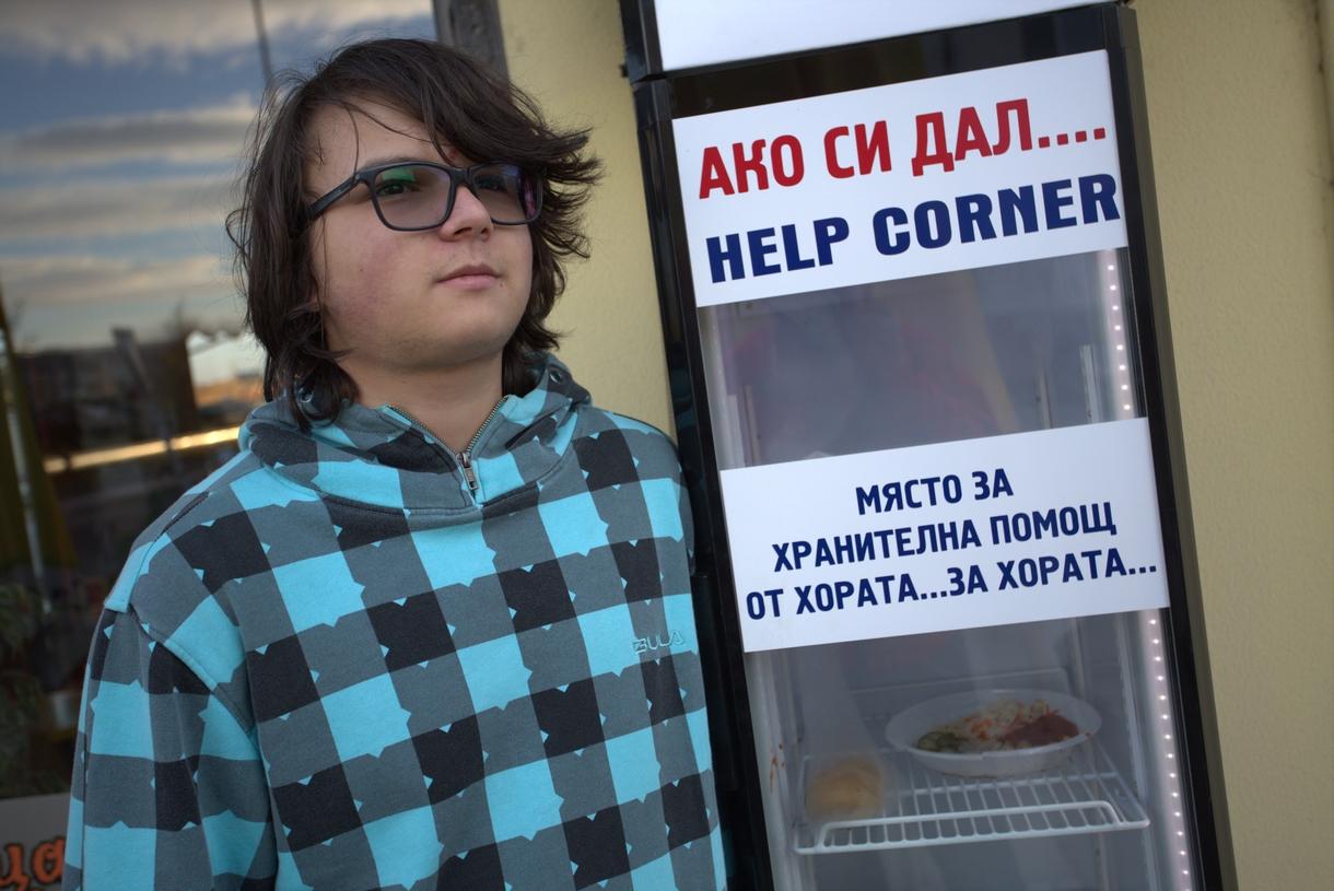 Мино Караджов пред една от хладилните витрини, в които хора даряват храна на други хора в затруднено положение. Сн. Веселин Боришев.