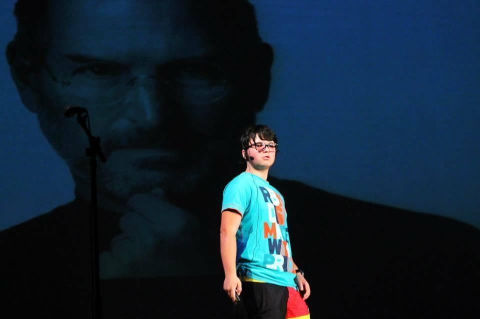 """Мино пред портрета на своя кумир Стив Джобс, с вдъхновяваща лекция на форума """"Аз, ученикът""""."""