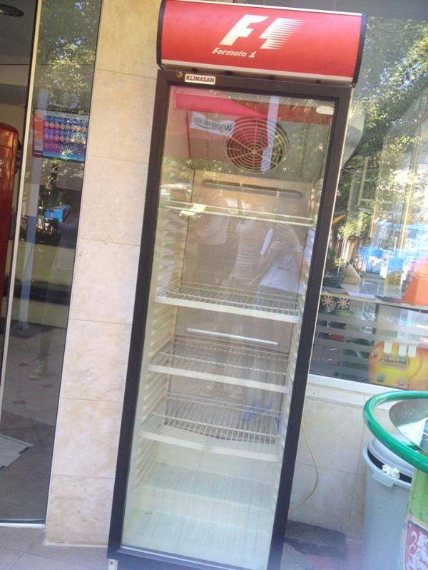 """Снимката на тази най-обикновена хладилна витрина беше най-споделяната във фейсбук през август тази година заради инициативата """"Ако си дал""""."""