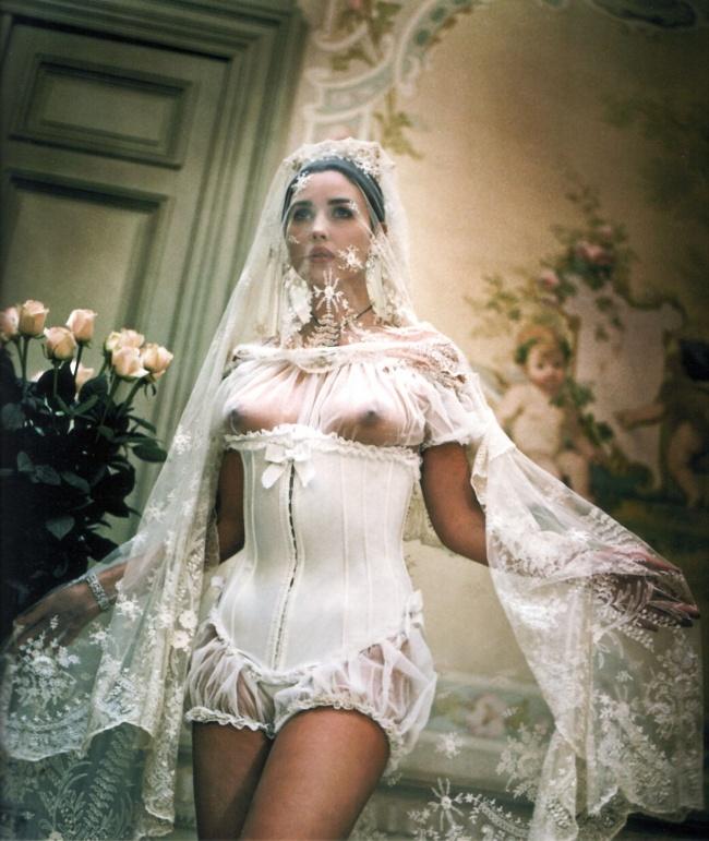 Моника Белучи в скандален сватбен тоалет.