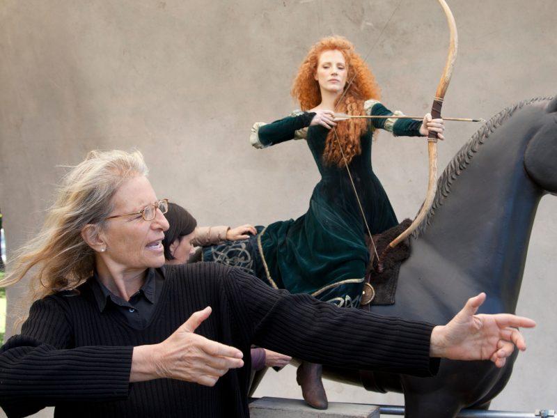 """Ани Лейбовиц (вляво) на снимките на филма """"Смел""""."""
