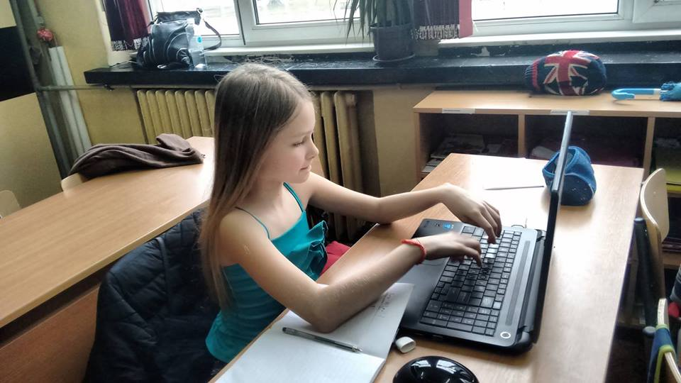 """Децата от 137 столично училище """"Ангел Кънчев"""" вече знаят, че не е нужно винаги да мъкнат големите тежки учебници и с Кан Академия и мобилните устройства в джоба могат на учат навсякъде."""