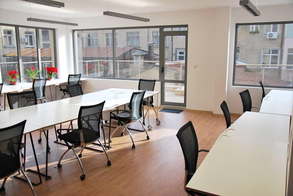 """Светлата, модерна и функционална зала на coworking space Biz Labs , организирано в помещенията на легендарната печатница """"Христо Г. Данов"""" в Пловдив, е сбъдната мечта за всеки IT специалист."""