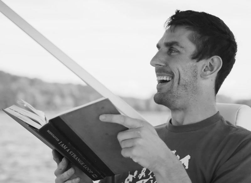 Мъжът с книга е секси.