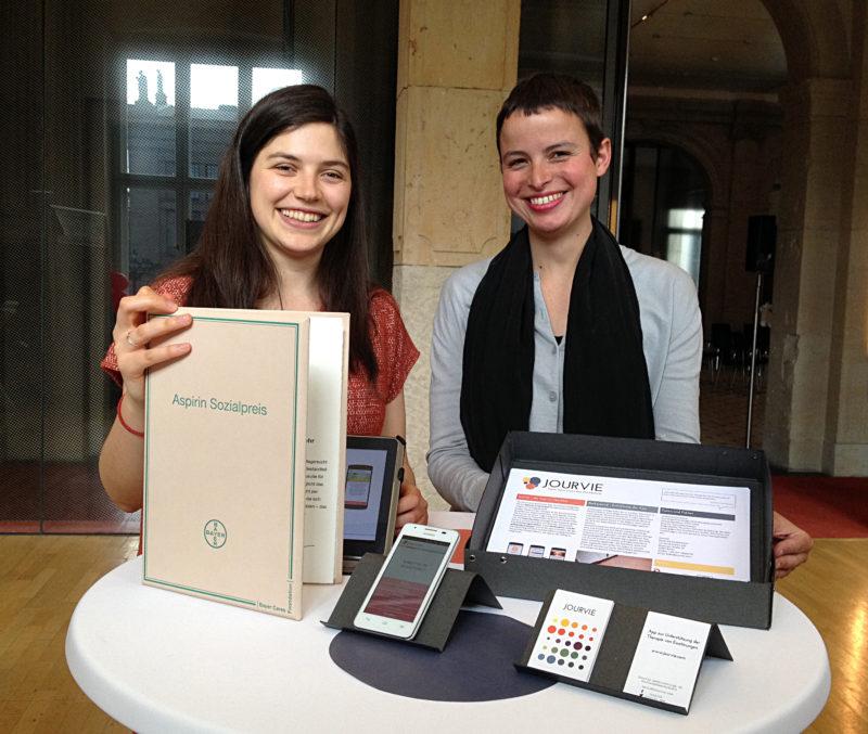 """Екатерина Карабашева (вляво) с наградата за иновативни проекти """"Аспирин"""" на фармацевтичния гигант """"Байер""""."""
