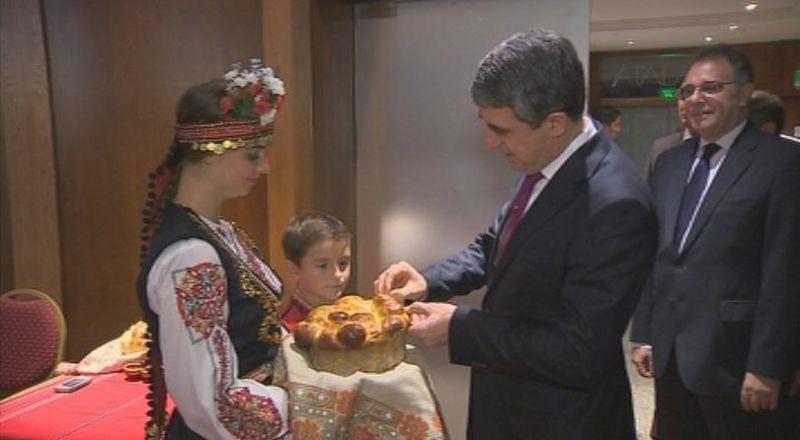 Внуците на Ружка Николова посрещат президента Плевнелиев в Аржентина, защото са единствените от малките деца, които говорят български.