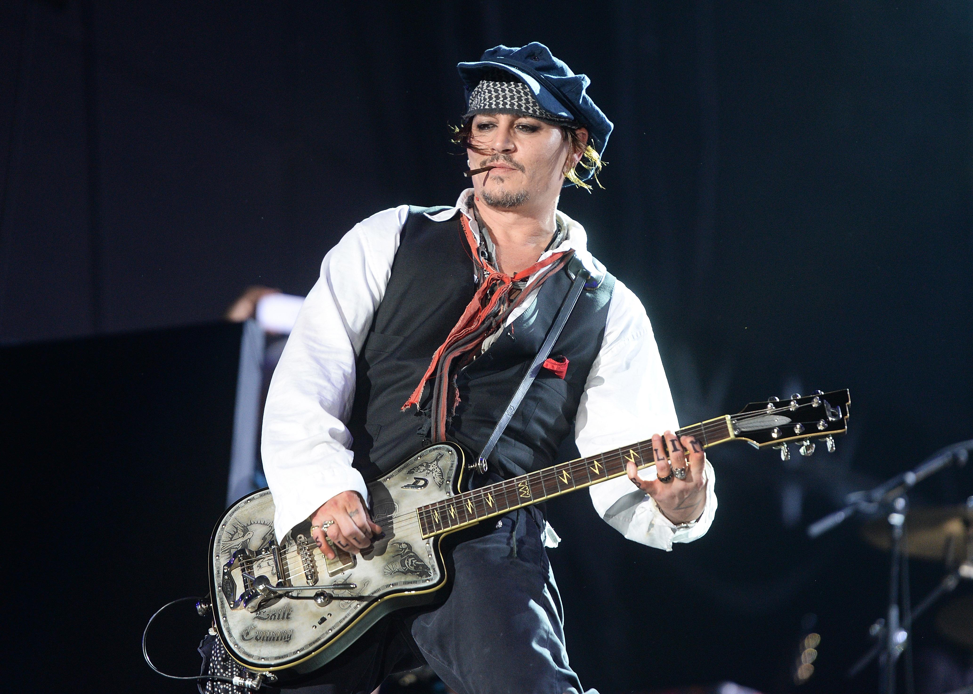Джони Деп във вихъра си на сцената в Рио де Жанейро заедно с The Hollywood Vampires. Снимки: Фейсбук група Johnny Depp Forever.