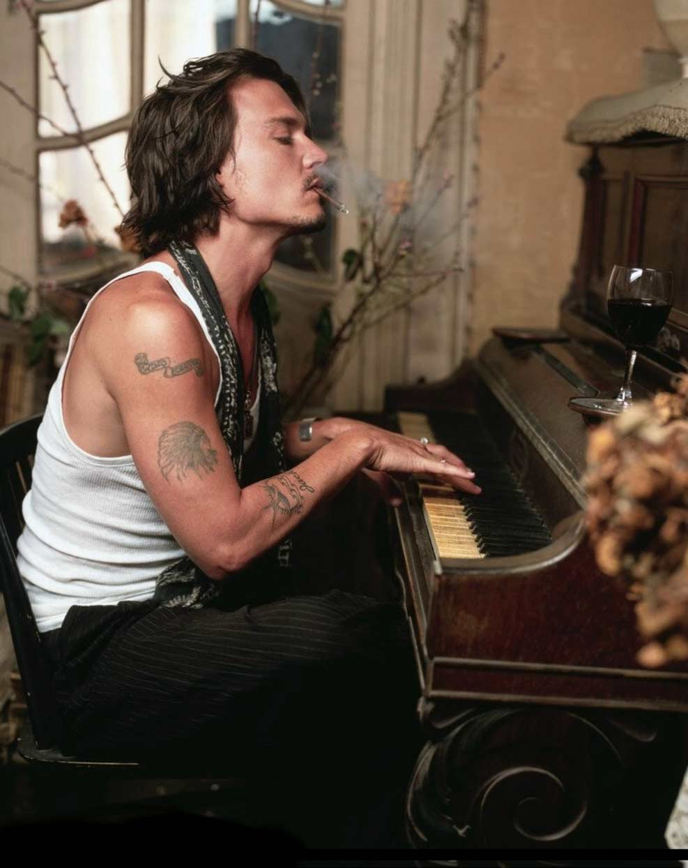Актьорът, музикант и бохем на пианото.