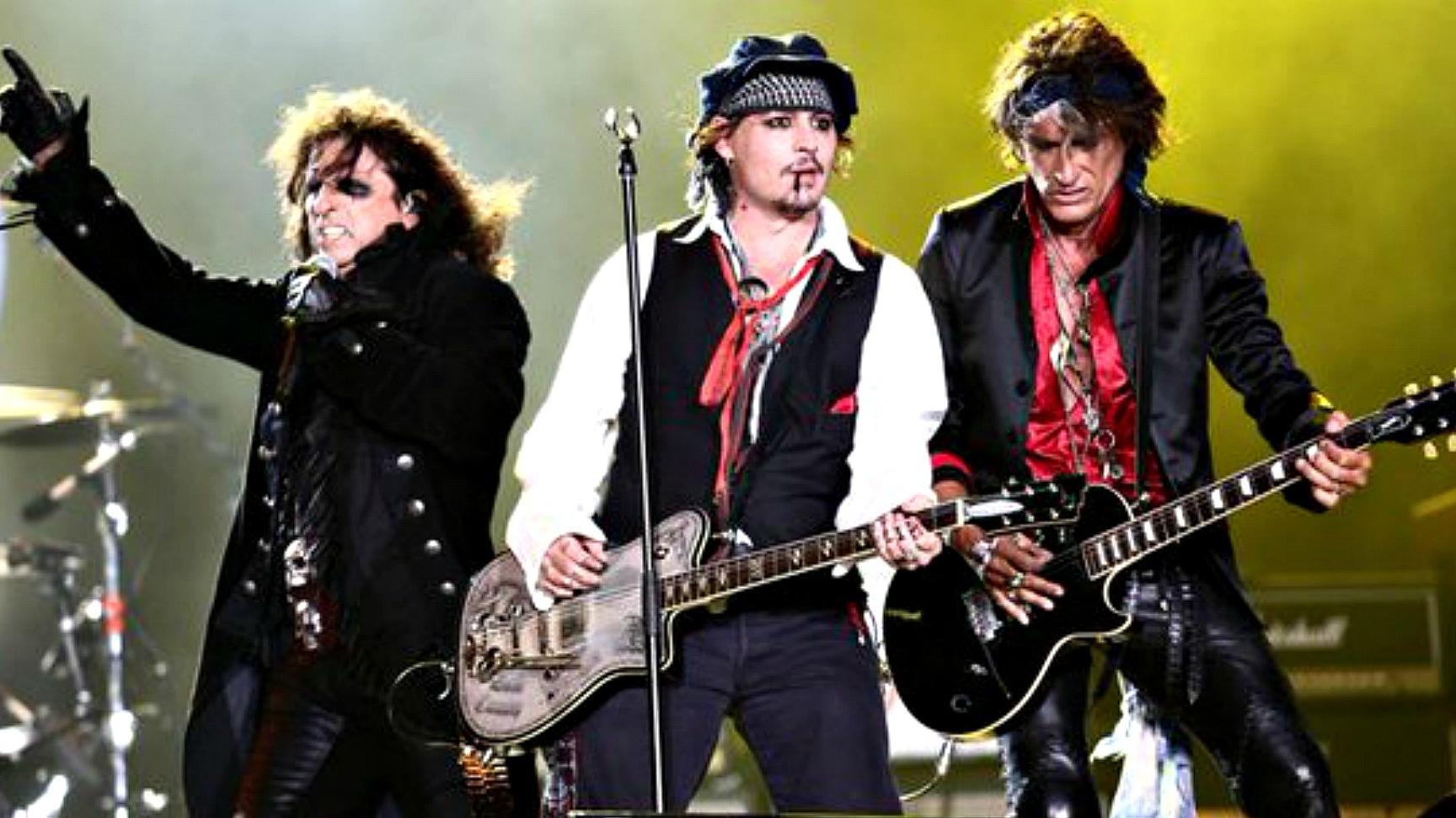Джони Деп (в средата ) заедно с Алис Купър и китариста на Aerosmith Джо Пери в супер групата The Hollywood Vampires.