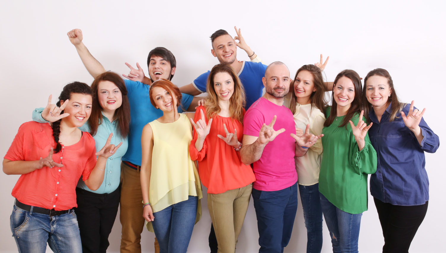 """""""Обичам те"""" – това """"казват"""" доброволците, които се обучават на жестов език, за да помагат на хората с увреден слух (от ляво на дясно): Христина, Даринка, Виктория, Янка, Ашод, Йоана, Ива, Албена. Момчетата отзад са Александър и Кирил."""