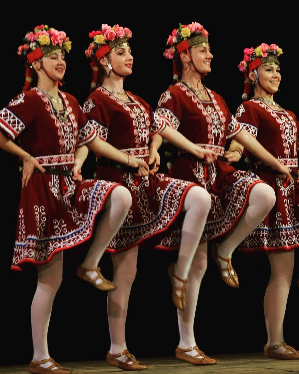 Екатерина (третата отляво) със свои колеги от Lira Dance.