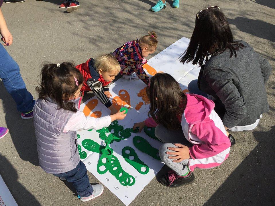 """Децата играят с """"Таратанци"""" на открито в Градската градина в София."""