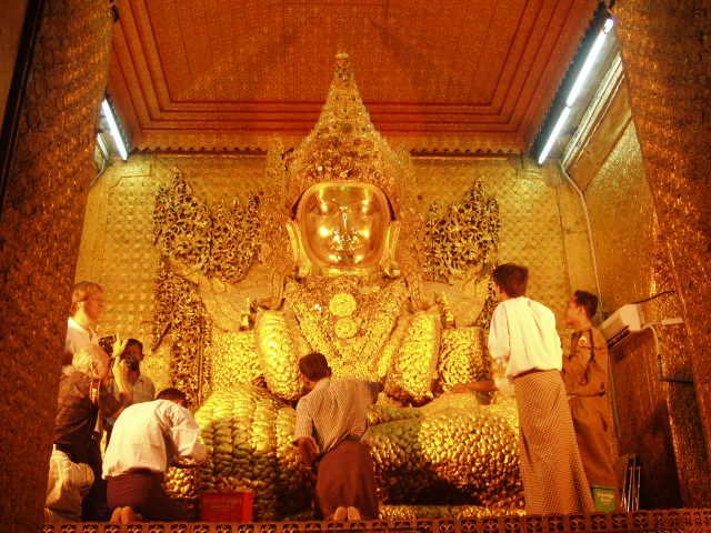 Бирма. Златният Буда в пагодата Маха Муни
